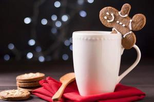 Vista frontal de la taza con galletas de hombre de jengibre foto