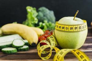 frutas y verduras concepto de pérdida de peso de naturaleza muerta foto