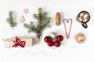caja de regalo con rama de abeto y taza de café foto