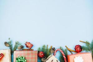 Cajas de regalo con juguetes brillantes sobre fondo azul. foto
