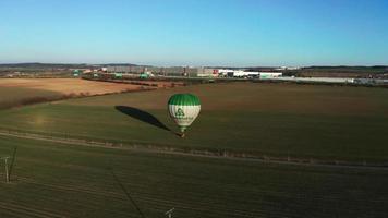 drone orbitando balão de ar quente em uma noite ensolarada de primavera