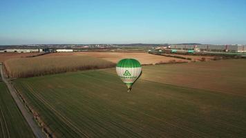 vista aérea de um balão de ar quente em campo em uma noite ensolarada de primavera
