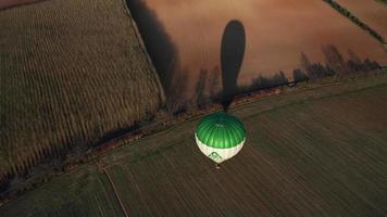 vista aérea de um balão de ar quente começando em uma noite ensolarada de primavera em 4k