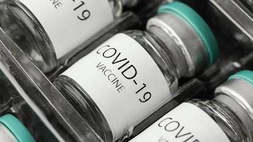 vacuna covid-19 en botella foto