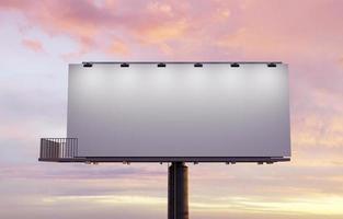 maqueta de una valla publicitaria en la calle iluminada con focos foto