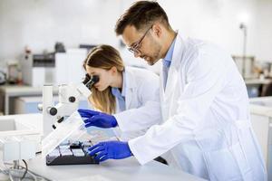 Grupo de jóvenes investigadores que analizan datos químicos en el laboratorio. foto