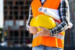 Ingeniero de construcción de primer plano sosteniendo casco foto