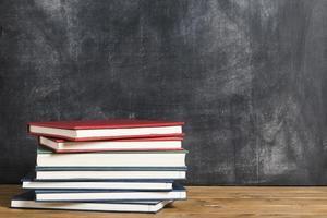 libros coloridos frente a la pizarra foto