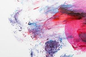Pintura colorida esparcida sobre fondo blanco. foto