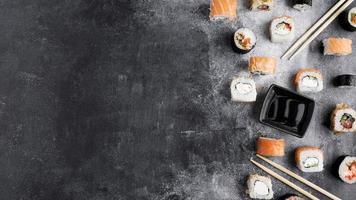 Copie el espacio de una variedad de sushi sobre fondo gris foto