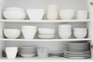 cerámica blanca en armario foto