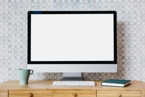 computadora de escritorio en el escritorio foto