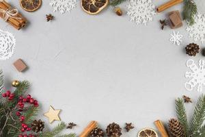 Fondo de ramitas de abeto, adornos y copos de nieve. foto