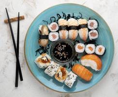 plano laicos delicioso sushi con espacio de copia foto