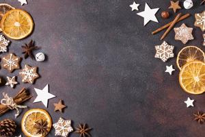 Galletas de jengibre planas, cítricos secos y decoración navideña con espacio de copia foto