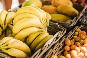 Plátanos frescos y saludables en el mercado de la calle. foto
