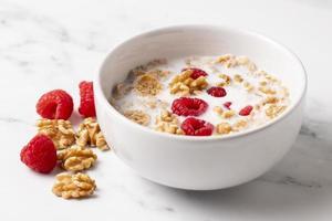 Disposición de alto ángulo de tazón de cereal saludable de cerca foto