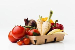 Disposición de diferentes verduras frescas sobre fondo blanco. foto