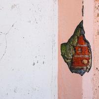 antigua fachada de edificio de pared blanca y rosa foto