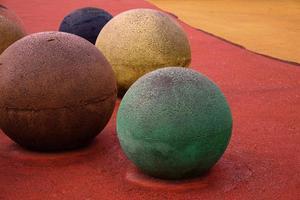 bolas de colores en el patio de recreo foto