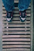 hombre con zapatillas caminando por la calle foto