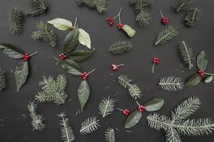 composición navideña de ramas verdes foto