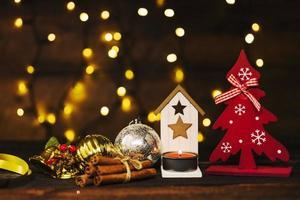 adornos navideños cerca de luces de hadas foto
