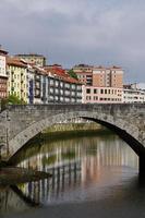 Arquitectura del puente en la ciudad de Bilbao, España foto