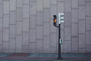 Semáforo en la calle de la ciudad de Bilbao, España foto