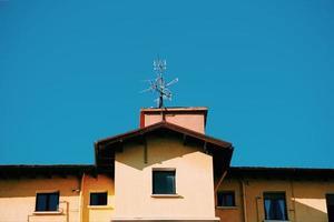 Antena de televisión en la azotea de la casa. foto