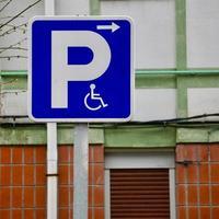señal de tráfico en silla de ruedas en la carretera foto