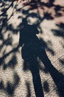 silueta de la sombra del hombre en el suelo foto
