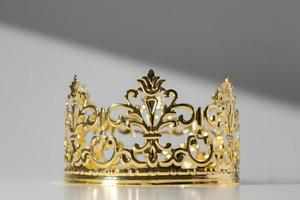 Corona de oro del día de la epifanía aislada sobre fondo neutro foto
