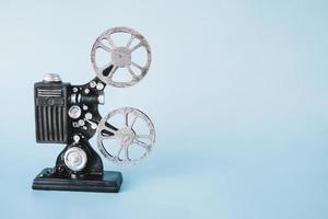 Proyector de cine sobre fondo azul. foto