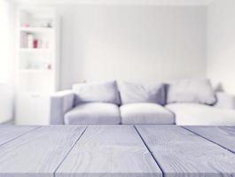 Mesa de madera gris en frente de la sala de estar borrosa foto