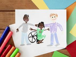 niño discapacitado dibujado a mano con amigos foto