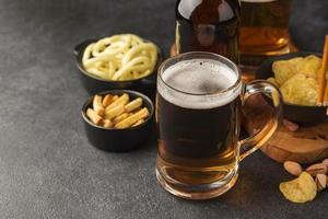 jarra de cerveza de alto ángulo y bocadillos foto