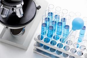 Disposición de sustancias químicas azules de alto ángulo. foto