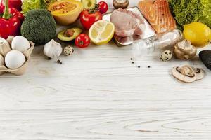 Ingredientes vegetales de alto ángulo y carne con espacio de copia foto