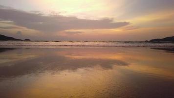 Landschaften, goldene Strände und Wellen von Phuket, Thailand, Andamanensee, schöner Sommer.