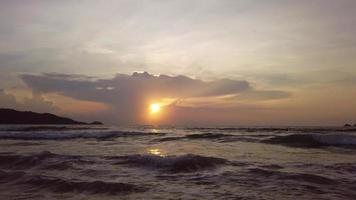 pôr do sol na praia de patong, phuket tailândia, paisagem do mar de andaman, lindo verão