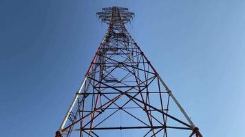 Torre de alta tensión contra el cielo azul video
