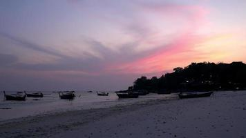 Increíble paisaje de playa de mar fresco en el cielo crepuscular. viaje relajante isla lipe hito de tailandia video