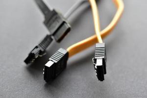 Tapones de disco duro de computadora sobre fondo negro foto