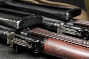 Vista de cerca de dos rifles de asalto Kalashnikov