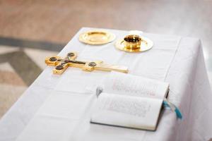 cruz, copa y biblia foto