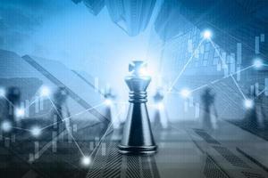 Doble exposición del gráfico de valores del mercado financiero con competencia de juegos de tablero de ajedrez, concepto de negocio de éxito y liderazgo foto