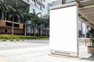 Vallas publicitarias en blanco de medios digitales en una parada de autobús, letrero para el diseño de publicidad de productos foto