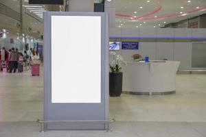 Cartelera en blanco de medios digitales en el aeropuerto y desenfoque de fondo, letrero para diseño de publicidad de producto foto