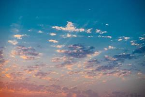 colorido atardecer en un cielo nublado foto
